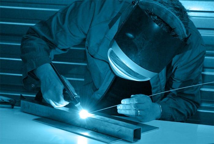 soudeur-atlantique-conception-en-action-dans-l-atelier-en-vendee-avec-un-fond-bleu