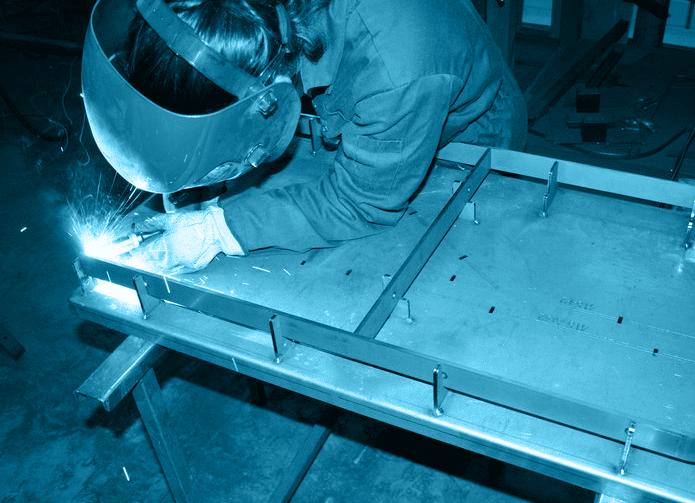 soudeuse-en-plein-travail-dans-les-ateliers-atlantique-conception-en-vendee
