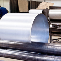 cylindre-en-metal-entrepose-dans-l-atelier-de-metallurgie-atlantique-conception